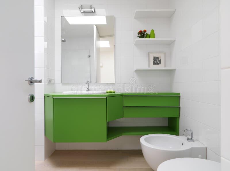 Stanza da bagno moderna con mobilia variopinta fotografia stock libera da diritti