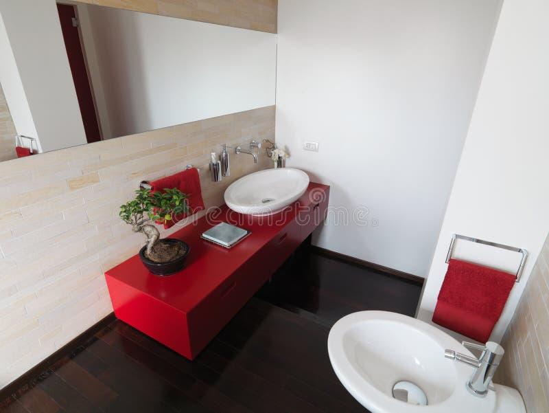 Stanza da bagno moderna con mobilia variopinta fotografia stock