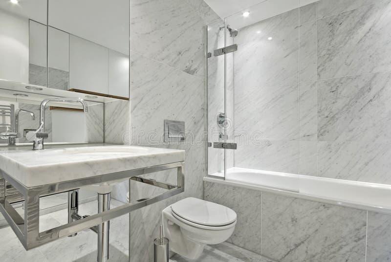 Stanza da bagno moderna del marmo della serie dell'en nel bianco immagini stock libere da diritti