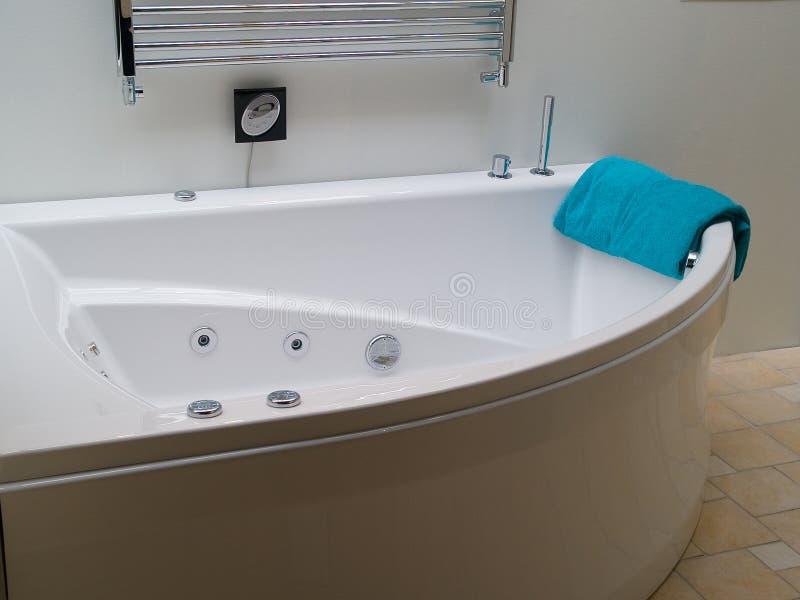 Stanza da bagno moderna della jacuzzi della vasca da bagno del desiign fotografia stock - Vasca da bagno moderna ...