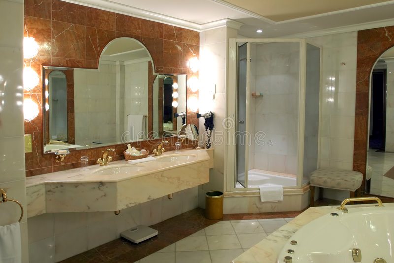 Stanza da bagno moderna e spaziosa immagini stock