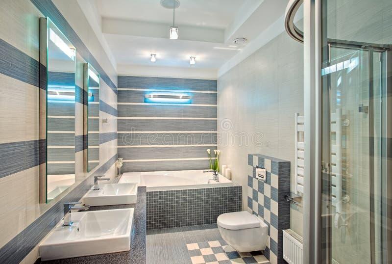 Stanza da bagno moderna nei toni blu e grigi con il mosaico fotografia stock