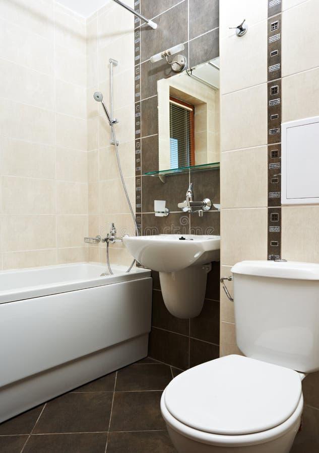 Stanza da bagno moderna nel colore marrone immagine stock for Stanza da pranzo moderna