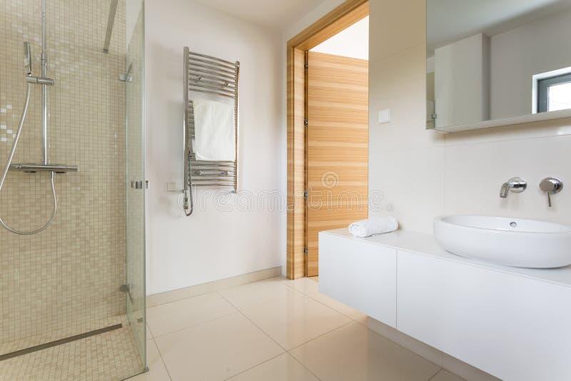 Stanza da bagno moderna spaziosa fotografia stock