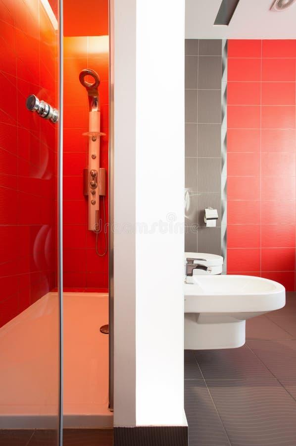 Stanza da bagno rossa lussuosa fotografie stock libere da diritti