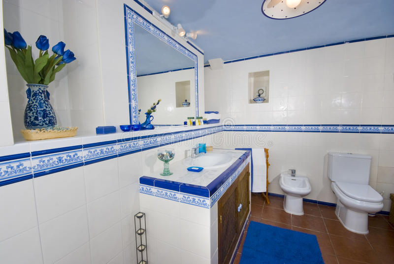 Stanza da bagno rustica blu e bianca. immagini stock