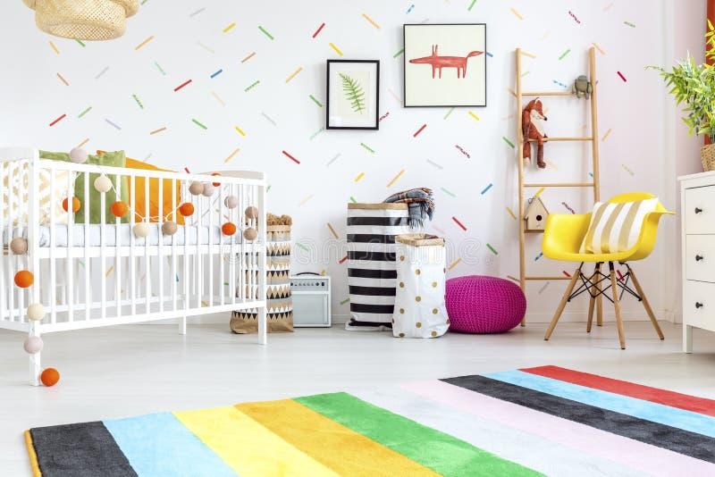 Stanza del bambino con la sedia gialla fotografie stock