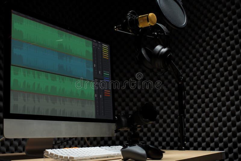 stanza del gamercast di E-sport con il topo della tastiera del monitor immagine stock libera da diritti