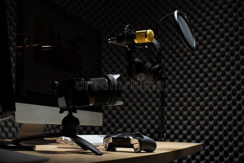 stanza del gamercast di E-sport con il topo della tastiera del monitor immagini stock libere da diritti