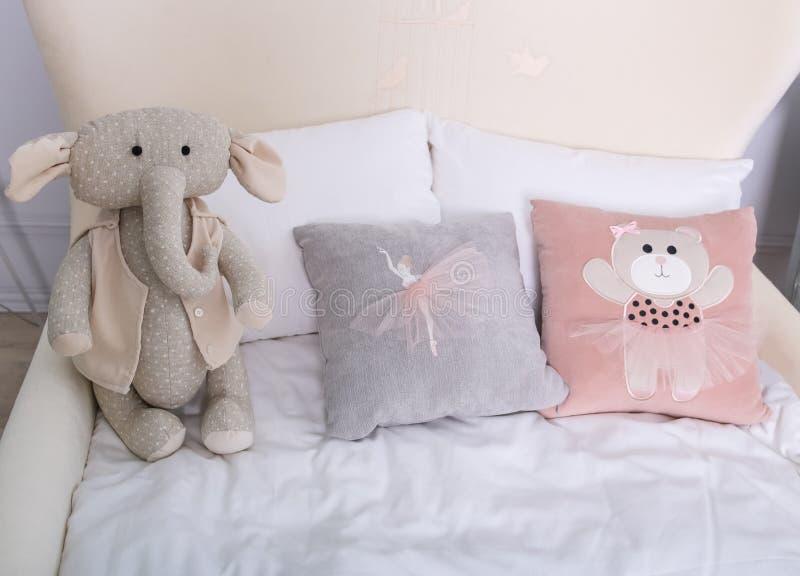 Stanza del ` s dei bambini nell'interno con i cuscini ed i giocattoli in luminoso fotografia stock
