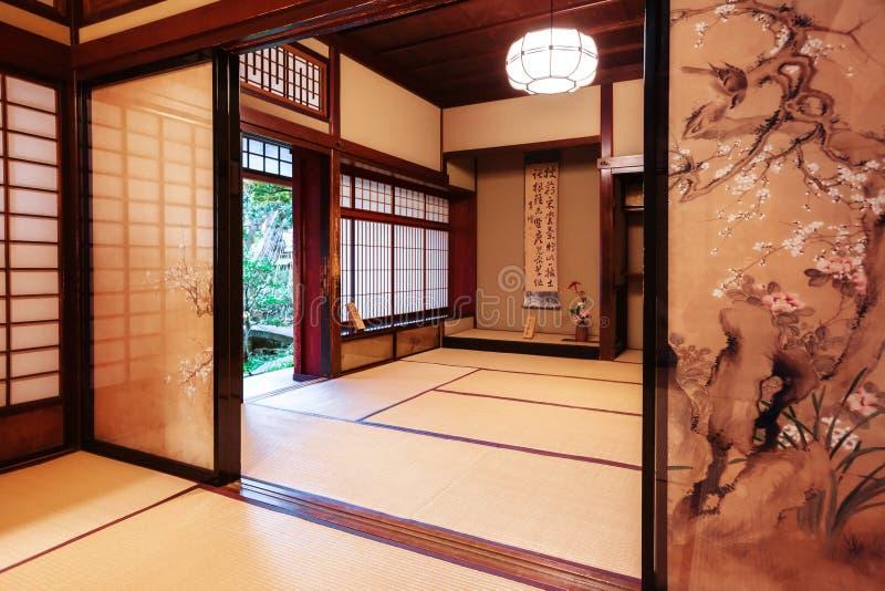 Stanza del tè con le porte antizanzari dipinte nella Camera del samurai di Nomura a Kanazawa, Giappone fotografia stock libera da diritti
