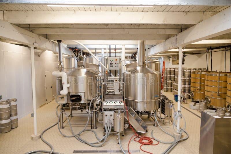 Stanza dell'attrezzatura in un microbirrificio utilizzato nella produzione della birra fotografia stock libera da diritti
