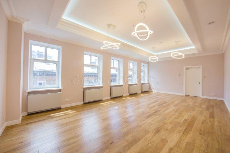 Stanza dell'ufficio di vista panoramica o appartamento non ammobiliato fatto nei colori luminosi con il parquet di legno e le gra immagini stock libere da diritti