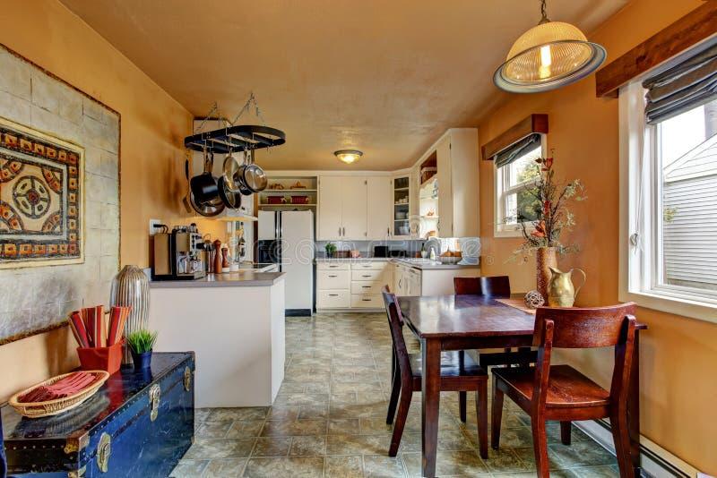 Stanza della cucina con area pranzante in vecchia casa fotografia stock libera da diritti