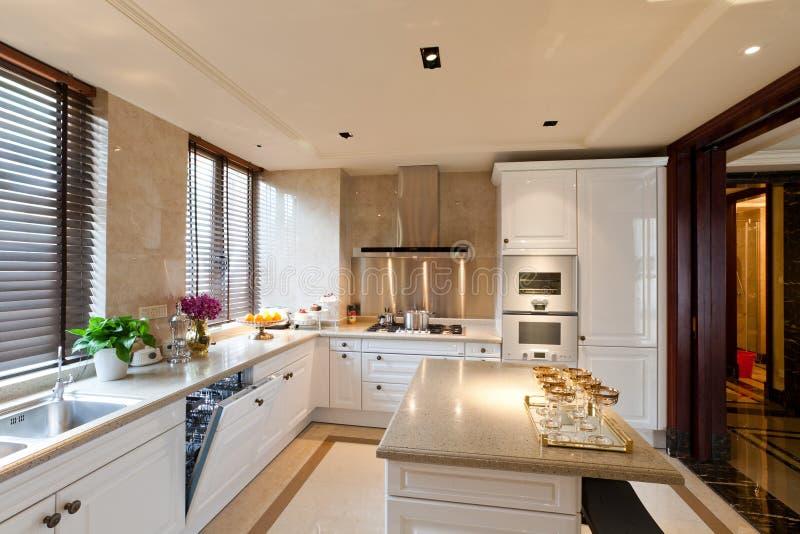 Stanza della cucina con bianco fotografia stock libera da diritti