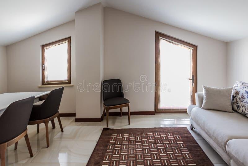 Stanza della soffitta, decorata semplicemente per multi uso di scopo fotografie stock