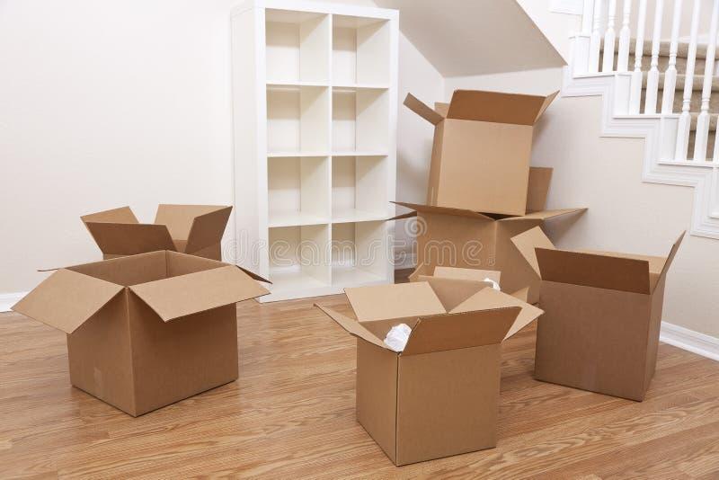 Stanza delle scatole di cartone per la Camera commovente fotografia stock libera da diritti