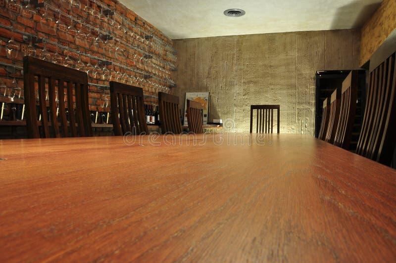 Stanza di assaggio di riunione e del vino di progettazione Tabella e sedie fotografie stock libere da diritti