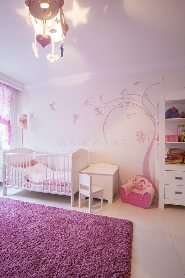 Stanza di bambino bianca rosa accogliente fotografia stock
