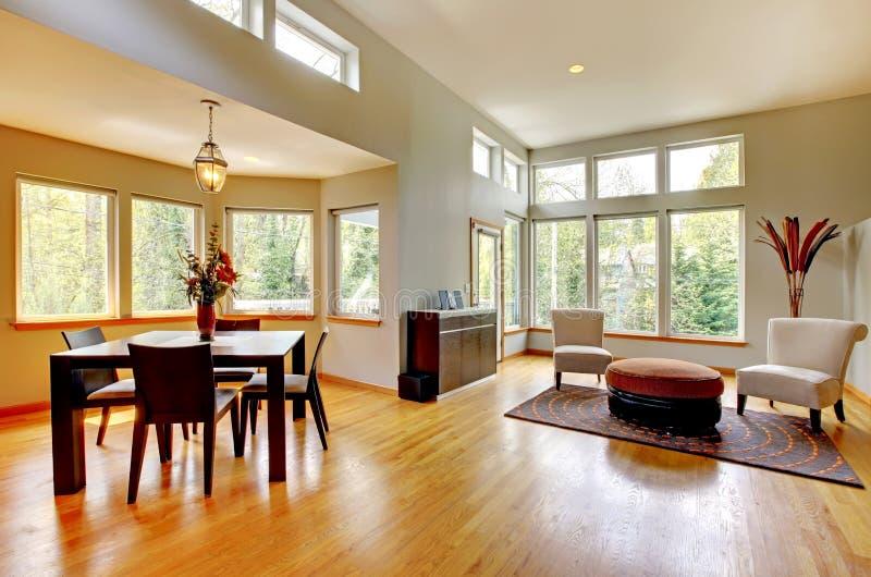 Stanza di Dinig in una casa moderna con molte finestre. immagine stock libera da diritti