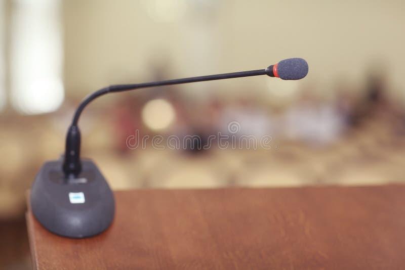 Download Stanza Di Discorsi Con Il Microfono Immagine Stock - Immagine di pubblici, nessuno: 55362493