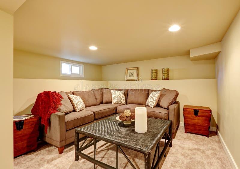 Stanza di famiglia accogliente con la tavola comoda del vimine e del sofà immagini stock libere da diritti
