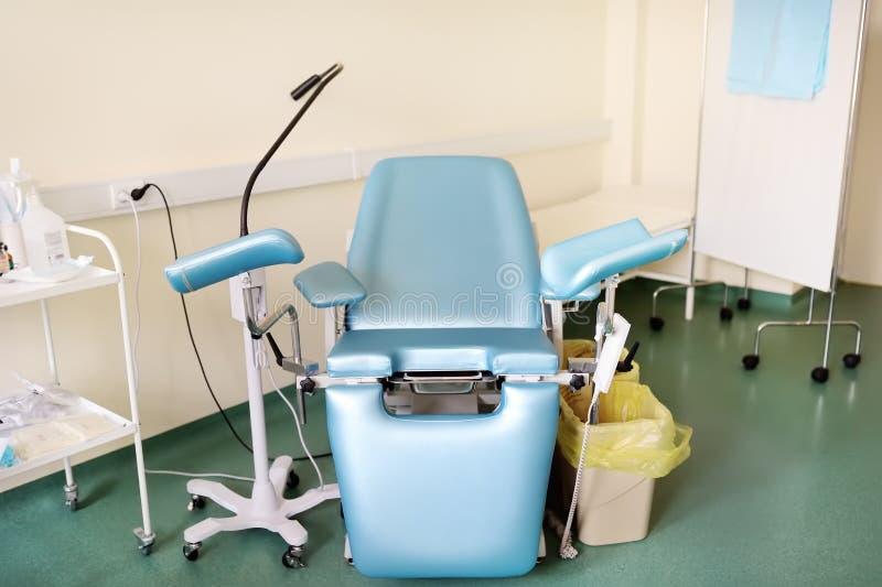 Stanza di ginecologia con la sedia di ginecologia sulla clinica o sull'ospedale immagine stock