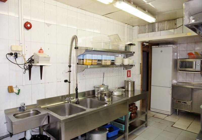Stanza di lavaggio del piatto in un ristorante immagini stock libere da diritti