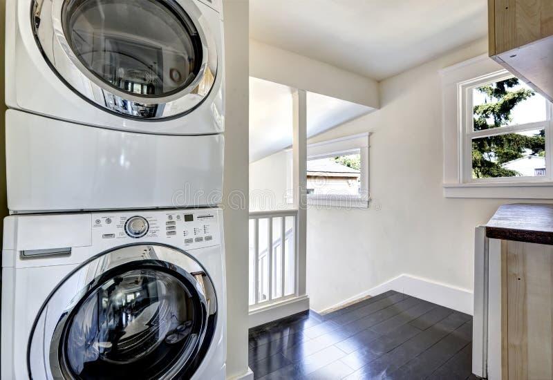 Stanza di lavanderia con gli apparecchi bianchi moderni immagini stock
