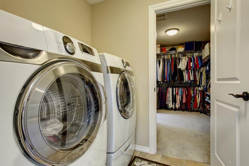 Stanza di lavanderia eccellente con la rondella e l'essiccatore immagine stock