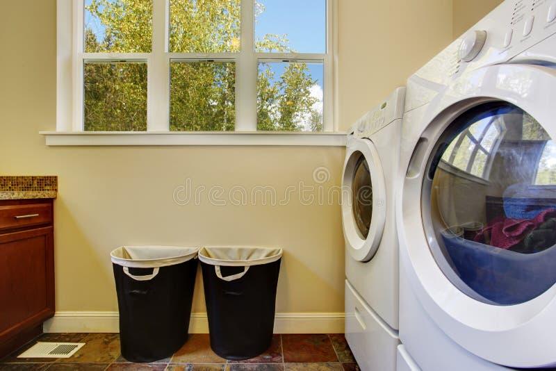 Stanza di lavanderia luminosa dell'avorio immagine stock