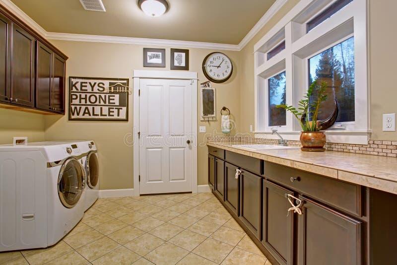 Stanza di lavanderia piacevole con la pavimentazione in piastrelle fotografia stock
