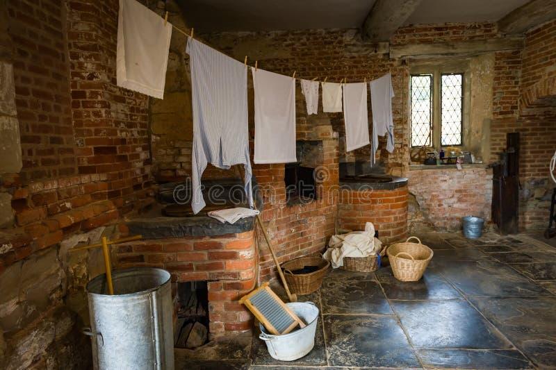 Stanza di lavanderia vittoriana con attrezzatura immagini stock libere da diritti