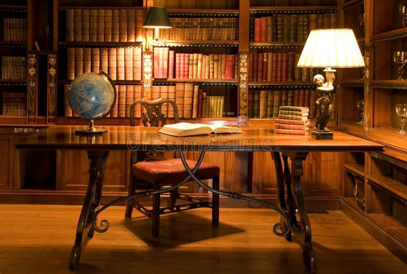 Stanza di lettura in vecchia libreria. fotografie stock libere da diritti