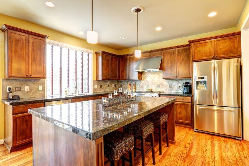 Stanza di lusso della cucina con l 39 isola fotografia stock for Grande disposizione della stanza