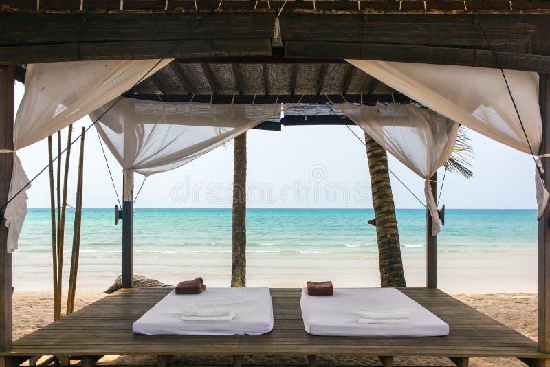 Stanza di massaggio della stazione termale sulla spiaggia fotografia stock
