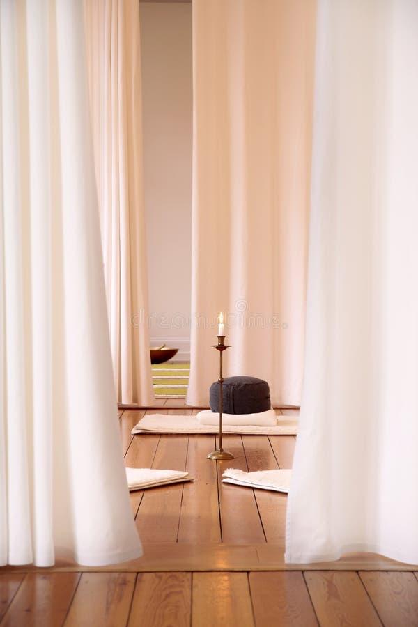 Stanza di meditazione con le tende bianche fotografia stock