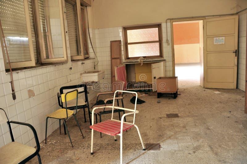Stanza di ospedale abbandonata in Italia fotografia stock