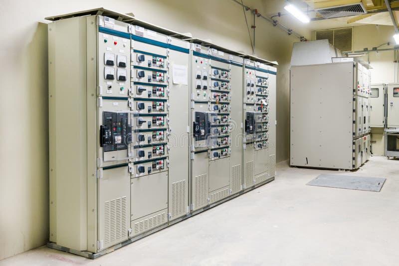 Stanza elettrica, medium e scambista ad alta tensione, attrezzatura fotografie stock libere da diritti