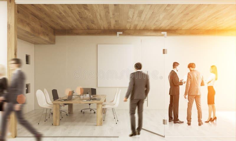 Stanza entrante dell'uomo con i colleghi di 'brainstorming' fotografie stock
