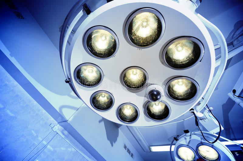 Stanza in funzione delle lampade chirurgiche immagini stock libere da diritti