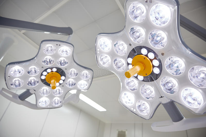 Stanza in funzione delle lampade chirurgiche all'ospedale fotografia stock libera da diritti