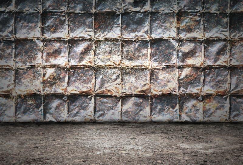 Stanza industriale del fondo di lerciume con le pareti dei piatti di metallo arrugginiti e del pavimento sporco del metallo fotografia stock libera da diritti