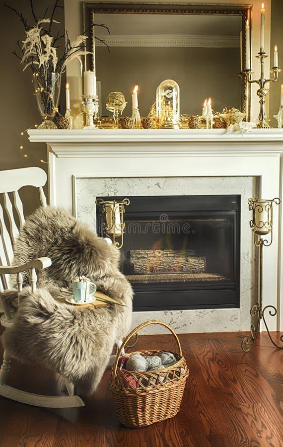 Stanza interna con la decorazione elegante di Natale sul camino immagine stock