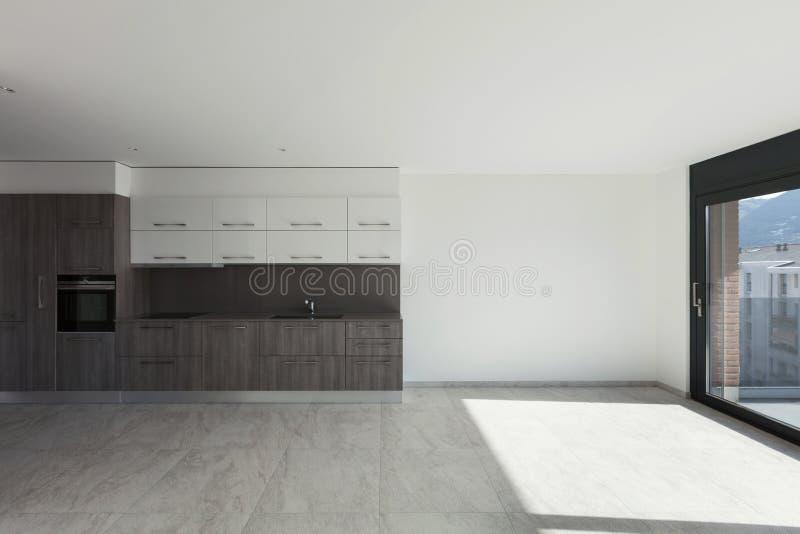Stanza interna e ampia con la cucina immagine stock