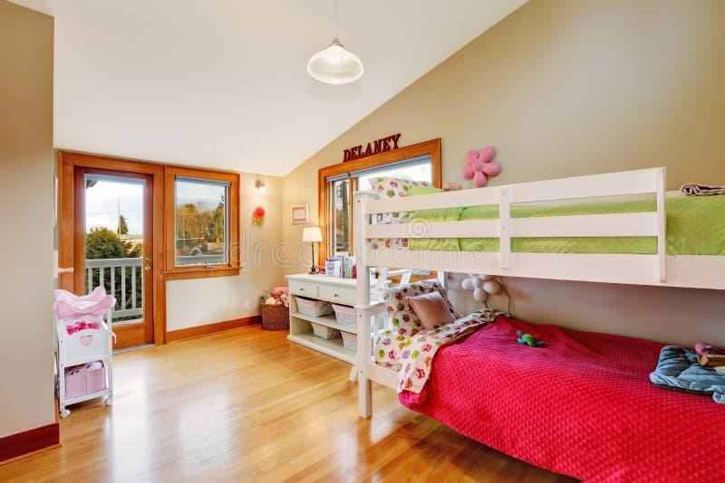 Stanza luminosa dei bambini con il letto del sottotetto immagine stock