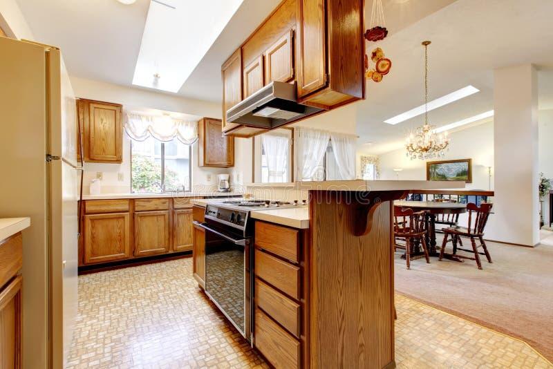Stanza luminosa della cucina con l 39 insieme rustico del - Stanza da pranzo ...