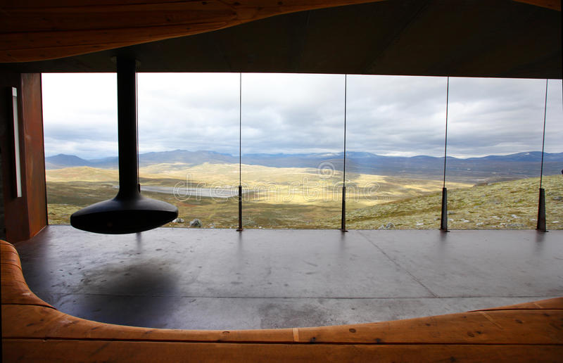 Stanza moderna con un camino e vista sulla montagna immagine stock