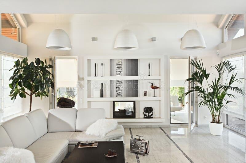 stanza moderna vivente dell'interiore bianca come la neve fotografia stock