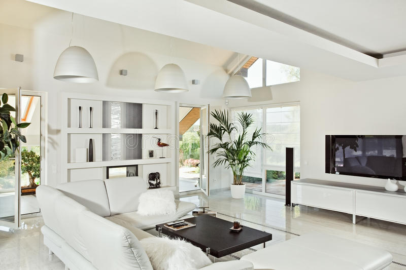 stanza moderna vivente dell'interiore bianca come la neve fotografie stock libere da diritti